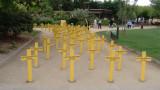 L'ANC planta 100 creus a la plaça del Terrall per una sanitat millor