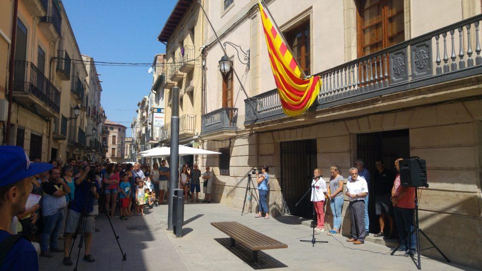 Més de 300 persones es concentren en solidaritat amb les víctimes dels atemptats