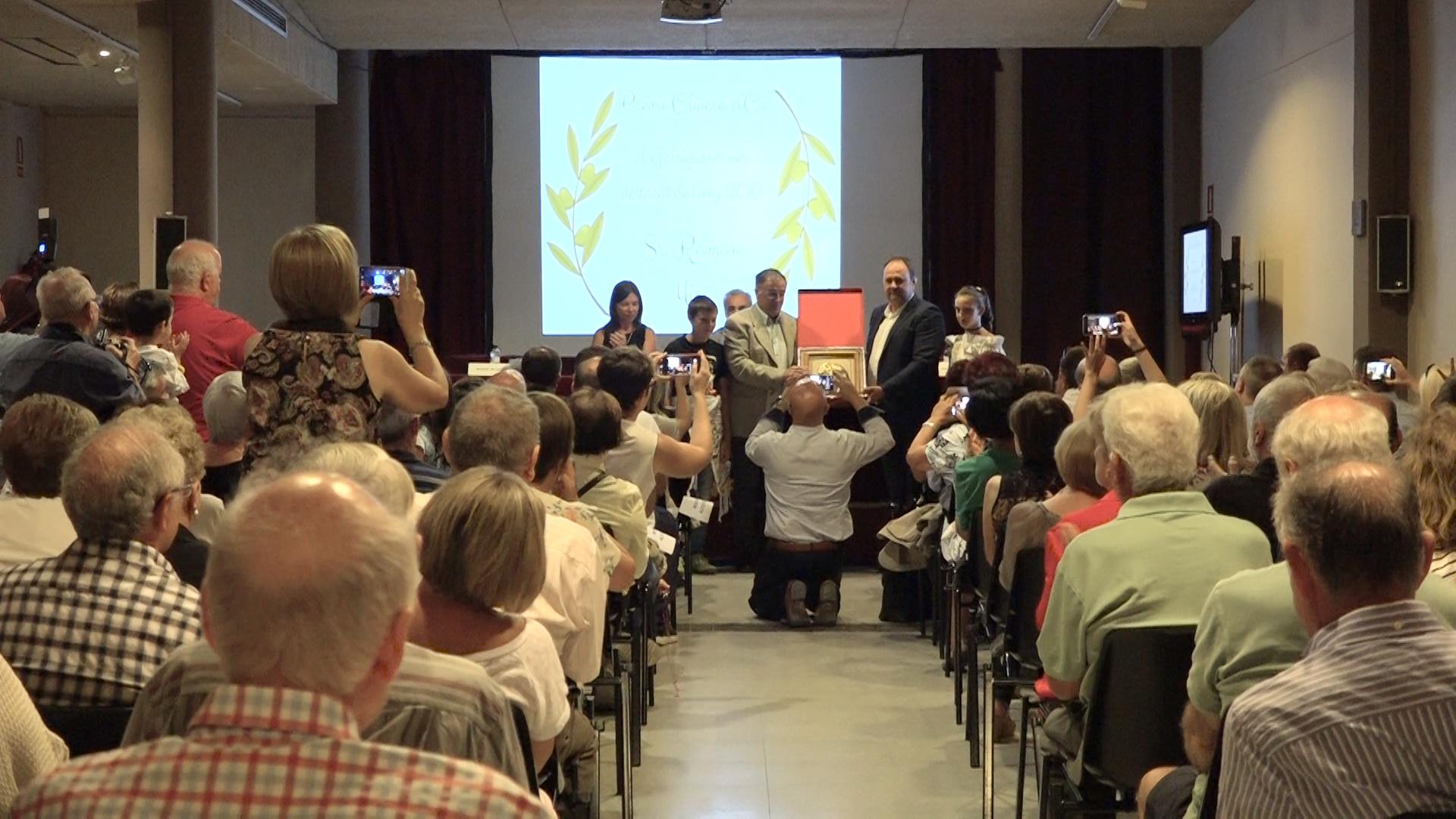 """Lliurament dels premis """"Olivera d'Or"""" al Borgenc i al Garriguenc de l'any 2016"""