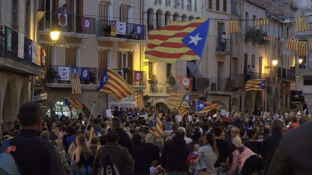Centenars de persones reunits en l'acte de suport als alcaldes de les Garrigues