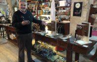 El promotor del Museu de Cal Pauet, Josep Ma Anglès Farrerons, amb els telèfons antics que s'exposen a les Borges a partir de diumenge2