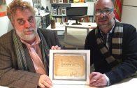 Joan Ramon Veny i Josep Segura analitzant el dibuix inèdit de Màrius Torres localitzat a l'Espai Macià