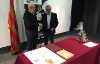 L'escriptor garriguenc i l'alcalde borgenc en el moment de dur a terme la donació a l'Espai Macià