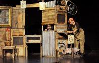 La companyia Zum-Zum teatre, interpretant 'La gallina dels ous d'or'2 (foto escenafamiliar.cat)