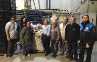 Núria Palau i Marc Ampurdanés, amb els representants de les protectores d'animals i de l'empresa Injectats Gaya, amb un dels 20 sacs de taps de plàstic lliurats dimecres a les Borges