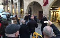 Enric Mir descobrint la placa commemorativa a la casa de Pere Mies a les Borges