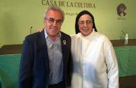 Enric Mir presentant a Sor Lucía Caram aquest dilluns a les Borges