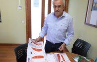 L'alcalde, Enric Mir, mostra el model de dispositiu que hi haurà a les Borges