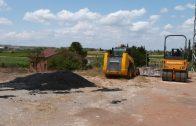 Maquinaria i mescla utilitzada per a la reparació dels sots als camins de les Borges2