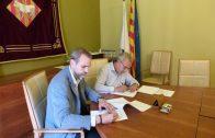 L'Alcalde, Enric Mir, i el Gerent Territorial de SOREA signant la renovació del conveni