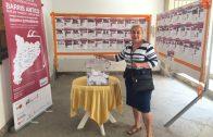 Una compradora dels comerços borgencs participant en el sorteig de la campanya Barris Antics