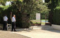 La porta del recinte de les piscines del Club Tennis Borges, custodiada per dos agents dels Mossos d'Esquadra