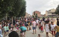 Uns 250 nens han decorat la plaça Europa de les Borges.