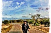 El cantautor Xavier Baró caminant per un paisatge garriguenc (Foto Xavier Baró web)
