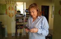 La regidora Núria Palau observant la nova aplicació mòbil.