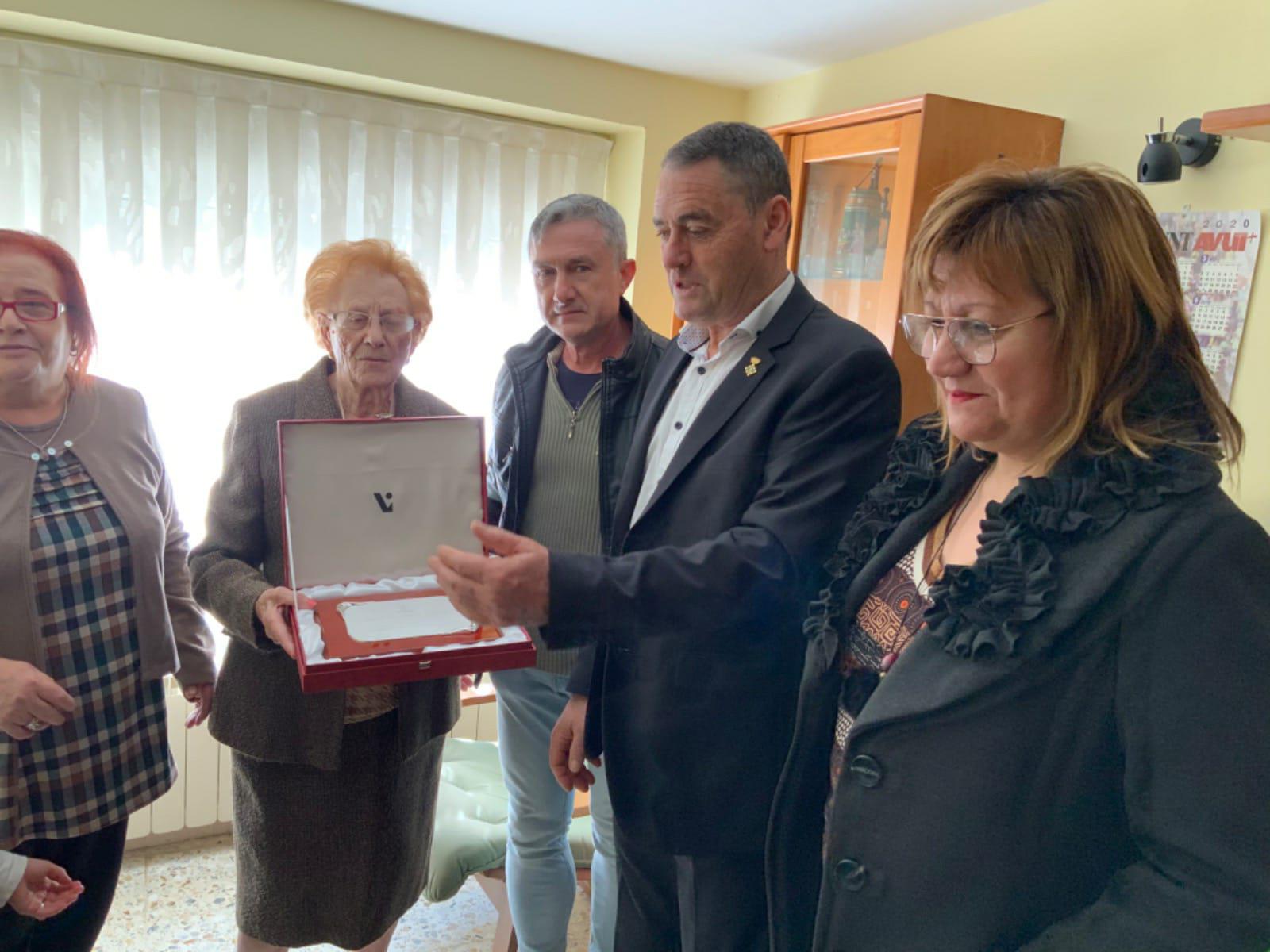 Una veïna de l'Espluga Calba rep una placa commemorativa pel seu centenari