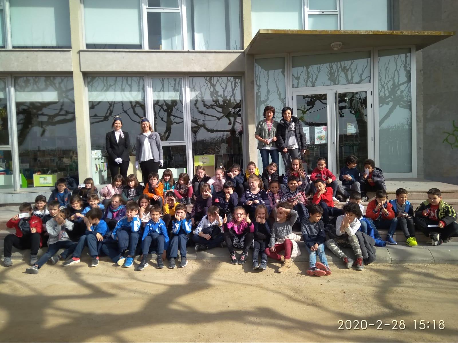 """Alumnes de primària visiten l'exposició """"Corremón"""", a la Biblioteca de les Borges"""
