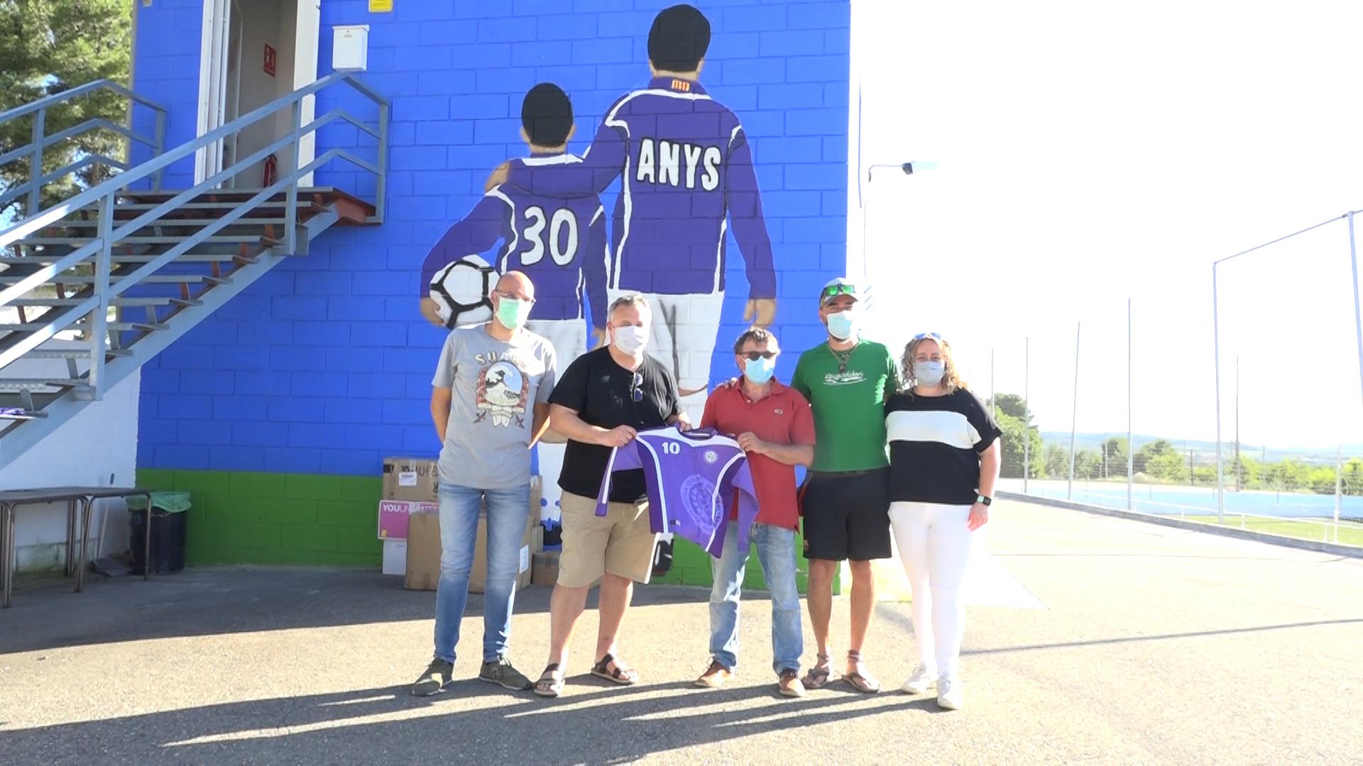 L'Escola Comarcal de Futbol les Garrigues fa entrega de les equipacions antigues als representants d'Alpicat Solidari