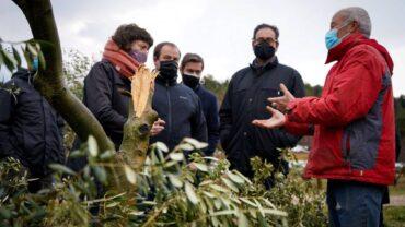 La consellera Jordà en un moment de la visita en una finca d'ol